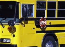 Schulbus geparkt stockbild