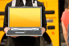 Schulbus: Halten des Laptops mit leerem Bildschirm Stockfotos
