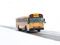 Schulbus im Schnee stockfotografie