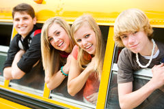 Schulbus: Kühle Kinder, die aus Bus-Fenster heraus sich lehnen Lizenzfreie Stockfotos