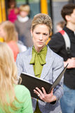 Schulbus: Lehrer Angry mit Studentin Lizenzfreie Stockfotos