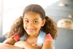 Schulbus: Mädchen-Reitbus zur Schule Stockfotografie