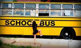 Schulbus mit einem kleinen Mädchen Lizenzfreies Stockfoto