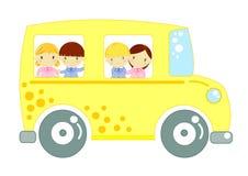 Schulbus mit Kindern auf weißem Hintergrund Stockfotos