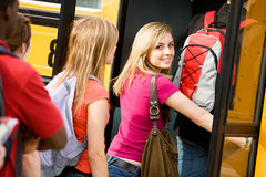 Schulbus: Nette jugendlich Blicke zurück beim Verschalen des Busses Stockfotografie