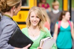 Schulbus: Recht jugendlich Stellung mit Lehrer Lizenzfreies Stockbild