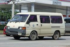 Schulbuspackwagen von Mae Hor Phrae School, Mitsubishi Van Stockfotos