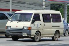 Schulbuspackwagen von Mae Hor Phrae School, Mitsubishi Van Lizenzfreie Stockfotos