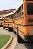 Schulbusse ausgerichtet Lizenzfreie Stockfotos