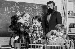 Schulchemielabor Zur?ck zu Schule P?dagogisches Konzept Sch?ler im Chemieunterricht gl?cklicher Kinderlehrer stockbild
