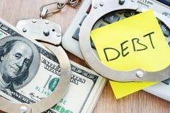Schuld in handcuffs en geld voor betaling Problemen met leningen royalty-vrije stock foto's