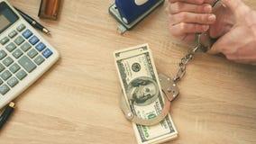 Schuld- und Darlehensproblemkonzept Bargeld und Hand in den Handschellen stock footage