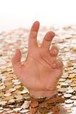 Schuld- und Schlechtfinanzkonzept - ertrinkend im Geld Stockfotografie