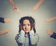 Schuldige Frau der Konzeptanklage viele Finger, die auf sie zeigen Stockbild