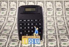 Schuldschein 666 auf einem Taschenrechner mit Geld und Mann Lizenzfreie Stockfotos