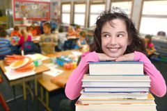 Schule-Alters-Kind, das oben Exemplar-Platz nach Ihrem betrachtet lizenzfreie stockbilder