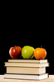 Schule-Bücher und Äpfel Lizenzfreie Stockfotos