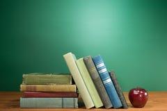 Schule-Bücher und Apple Lizenzfreies Stockfoto