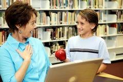 Schule-Bibliothek - Lehrer Surpr Lizenzfreies Stockfoto