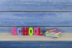 Schule in den bunten Buchstaben Stockfotos