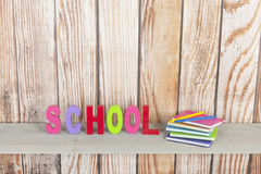Schule in den bunten Buchstaben Lizenzfreie Stockfotos