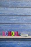 Schule in den bunten Buchstaben Stockfotografie