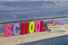 Schule in den bunten Buchstaben Stockbild