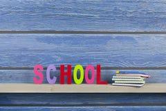 Schule in den bunten Buchstaben Stockbilder