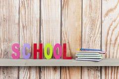 Schule in den bunten Buchstaben Lizenzfreies Stockbild