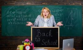 schule Hausunterricht ?berraschte Frau Zur?ck zu Schule Lehrertag Lehrer mit Uhr an der Tafel Zeit Frau herein stockbild