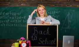 schule Hausunterricht Gl?ckliche Frau Zur?ck zu Schule Lehrertag Frau im Klassenzimmer Lehrer mit Wecker Zeit lizenzfreie stockfotos