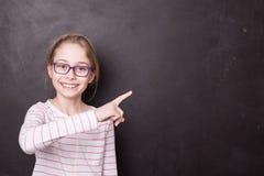 Schule - Kindermädchenkind, Schüler, der auf die Tafel zeigt stockbilder
