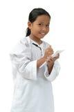 Schule-Mädchen schreiben in Anmerkung Stockfotos
