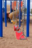 Schule-oder Park-Spielplatz-Ausrüstung mit Schwingen Lizenzfreies Stockbild