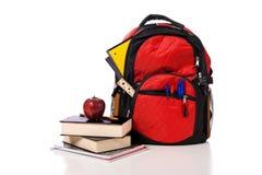Schule-Rucksack, der mit Zubehör überläuft Lizenzfreie Stockfotografie