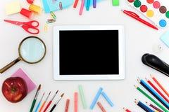 Schule stellte mit Notizbüchern, Bleistiften, Bürste, Scheren und Apfel auf weißem Hintergrund ein Lizenzfreie Stockbilder