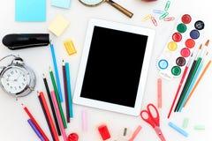 Schule stellte mit Notizbüchern, Bleistiften, Bürste, Scheren und Apfel auf weißem Hintergrund ein Stockfoto