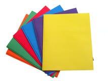 Schule u. Büro: Stapel multi farbige Faltblätter Lizenzfreies Stockfoto
