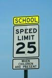 Schule und 25 MPH-Zeichen Lizenzfreie Stockfotos