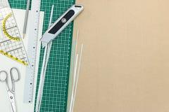 Schule und Büroartikel über Bürotisch stockbilder