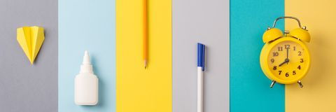Schule und Büroartikel auf hellem gestreiftem Hintergrund Konzept: zurück zu Schule Minimalismus Lange Fahne stockfoto