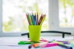 Schule und Büroartikel: farbige Bleistifte Stockfotos