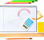 Schule und Büroartikel lokalisiert auf Weiß Lizenzfreie Stockfotografie