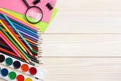 Schule- und Bürozubehöre Vektor-Illustration, eps10, enthält Transparenz farbige Bleistifte, Stift, Schmerz, Papier für Schule un Lizenzfreie Stockbilder