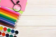 Schule- und Bürozubehöre Vektor-Illustration, eps10, enthält Transparenz farbige Bleistifte, Stift, Schmerz, Papier für Schule un Lizenzfreies Stockfoto