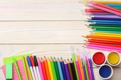 Schule- und Bürozubehöre Vektor-Illustration, eps10, enthält Transparenz farbige Bleistifte, Stift, Schmerz, Papier für Schule un Stockfotografie