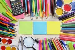 Schule- und Bürozubehöre Vektor-Illustration, eps10, enthält Transparenz farbige Bleistifte, Stift, Schmerz, Papier für Schule un Stockfoto