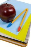 Schule-Zubehör auf weißem Hintergrund Stockbild