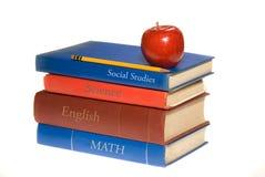 Schulebücher und -apfel Stockbild