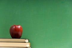 Schulebücher und Tafel Stockbild
